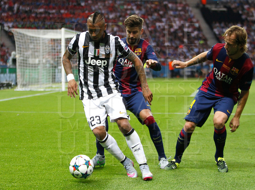 Calcio, finale di Champions League Juventus vs Barcellona all'Olympiastadion di Berlino, 6 giugno 2015.<br /> Juventus' Arturo Vidal, left, is challenged by FC Barcelona's Gerard Pique', center, and Ivan Rakitic during the Champions League football final between Juventus Turin and FC Barcelona, at Berlin's Olympiastadion, 6 June 2015.<br /> UPDATE IMAGES PRESS/Isabella Bonotto