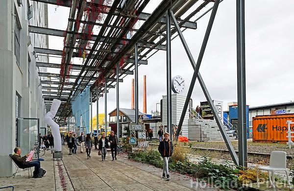Nederland  Eindhoven  2015 10 25. Dutch Design Week. 9 dagen lang presenteert DDW op 100 locaties processen, experimenten en ideeën, antwoorden en oplossingen van 2400 designers. Bezoekers bij Strijp-S