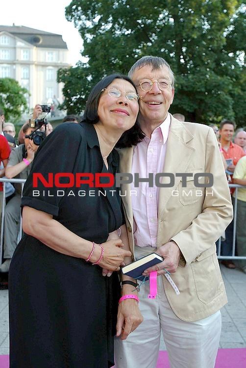 Natuerlich Blond 2<br /> Deutschlandpremiere in Hamburg im Cinemax Dammtor<br /> Harck Bohn und Frau<br /> Foto &copy; nordphoto / Anja Heinemann<br /> <br /> <br /> <br />  *** Local Caption *** Foto ist honorarpflichtig! zzgl. gesetzl. MwSt.<br />  Belegexemplar erforderlich<br /> Adresse: nordphoto<br /> Georg-Reinke-Strasse 1<br /> 49377 Vechta<br /> Telefon: 04441-89400 / Fax: 04441-894022