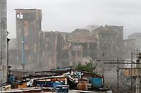 S&Atilde;O PAULO,SP,01 JANEIRO 2012 - IMPLOS&Atilde;O  EDIFICIO MOINHO<br /> Implos&atilde;o do edif&iacute;cio Moinho, na regi&atilde;o central de S&atilde;o Paulo, que pegou fogo no &uacute;ltimo dia 22.FOTO ALE VIANNA - NEWS FREE.