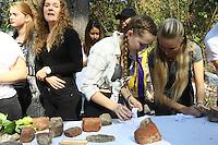 Schüler der Strotthoff International School verteilen Gedenksteine an die Inhaftierten in Walldorf zum Ablegen in der Gedenkstätte