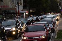 SÃO PAULO, SP, 26 DE SETEMBRO DE 2013 - TRANSITO SAO PAULO - Transito intenso na Avenida Paulista, no fim da tarde desta quinta feira, 26, região central da capital. FOTO: ALEXANDRE MOREIRA / BRAZIL PHOTO PRESS