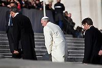 Papa Francesco sale il sagrato di Piazza San Pietro durante l'Udienza Generale.