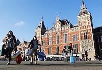 Nederland  Amsterdam 2016.  Toeristen met koffers bij Centraal Station. Foto Berlinda van Dam / Hollandse Hoogte