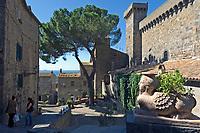 Italien, Latium, Bolsena: mit Castello (Rocca) Monaldeschi della Cervara (13. Jh.) am Lago di Bolsena mit Insel Bisentina   Italy, Lazio, Bolsena: with Castello Monaldeschi della Cervara (13th cent.) at Lago di Bolsena with Isle Bisentina