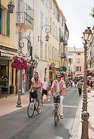 France, Provence-Alpes-Côte d'Azur, Antibes: old town lane | Frankreich, Provence-Alpes-Côte d'Azur, Antibes: Altstadtgasse