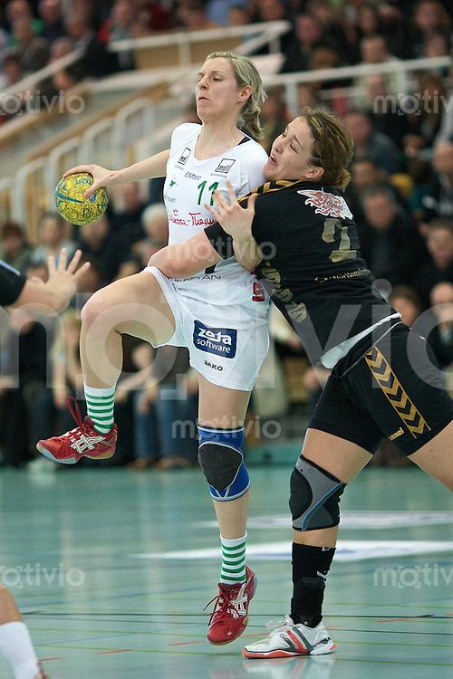Handball Frauen 2.Bundesliga, FrischAuf Goeppingen - HSG Bensheim-Auerbach, Martina Fritz (FAG) am Ball gegen rechts Stefanie Egger (HSG)