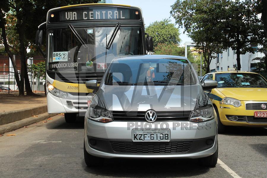 RIO DE JANEIRO, RJ, 06 SETEMBRO 2013 - COTIDIANO CARRO COM FAROL PERSONALIZADO -  Um carro com farol personalizado com uma imitação de cílios foi visto circulando pela cidade nessa sexta 06. (FOTO: LEVY RIBEIRO / BRAZIL PHOTO PRESS)