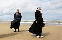 Nederland    Katwijk  2016.  Een dagje naar het strand. Noordzee Zomerfestival. Nationaal Klederdracht Festival. Klederdracht uit Nunspeet.  Foto Berlinda van Dam / Hollandse Hoogte