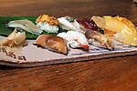 Sei San &egrave; uno dei pi&ugrave; conosciuti &quot;sushi-man&quot; giapponese. Il mestiere gli &egrave; stato trasmesso dai genitori come vuole la tradizione. Lavora ad Otaru e il suo ristorante si chiamaa Sei Zushi<br /> Nella foto un piattoi di sushi<br /> &copy; Paolo della Corte
