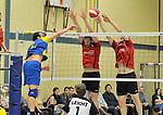 2015-10-24 / volleybal / seizoen 2015-2016 / Geel - Elen / Lantin (l) (Elen) probeert voorbij het blok van Wynants (m) (Geel) en Dionys (r) (Geel) te komen