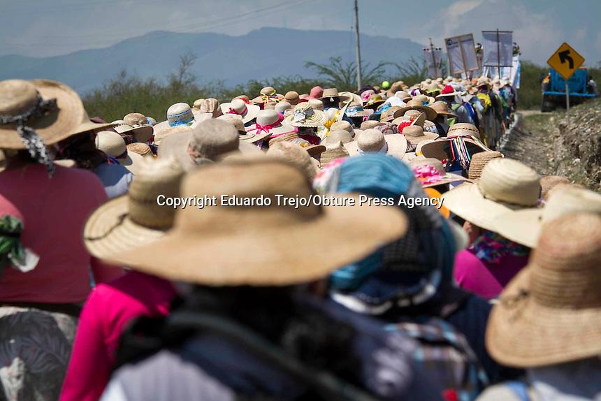 Vizarrón, Qro. 16 julio 2015.- Arriba este jueves la Peregrinación de Mujeres al Tepeyac, a la delegación municipal de Vizarrón en el municipio de Cadereyta de Montes, las peregrinas que salieron de Neblinas con rumbo al Tepeyac desde la semana pasada, congregándose hasta el momento 550 mujeres que caminan con fervor entre rezos y cánticos a la Virgen de Guadalupe, quienes hasta el momento se encuentran bien de salud y que para el próximo domingo estarán arribando a la ciudad de San Juan del Río.