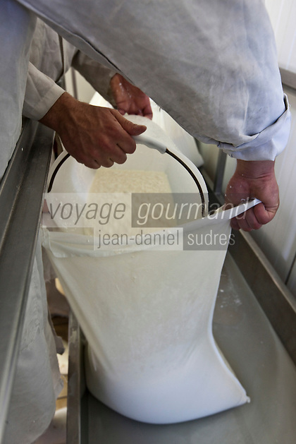 Europe/Europe/France/Midi-Pyrénées/46/Lot/Loubressac: Ferme Cazal-SARL Les Alpines - Production du Rocamadour AOC Fermier, aprés l'emprésurage le caillé est mis a égouter dans des sacs