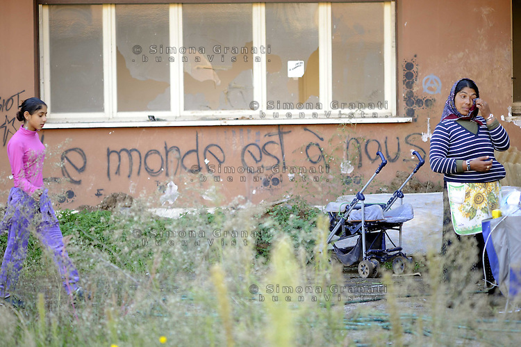 "Roma, 11 Novembre 2009.Sgomberati in mattinata dal campo di Via Centocelle i Rom Romeni dopo aver stazionato per ore in un giardino occupano una ex fabbrica di birra in via dei Gordiani.""le monde est a nous"",""il mondo è nostro"".Rome, 11 November 2009.The Roma Romanian community  evacuated from the camp occupies an abandoned factory.""the world is our"""