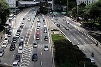 SÃO PAULO, 30  DE MARÇO DE 2013 - TRANSITO SP - Trânsito moderado no Vale do Anhangabaúl, região central de São Paulo, na tarde deste sábado(30) - FOTO: LOLA OLIVEIRA/BRAZIL PHOTO PRESSB