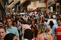 SAO PAULO, SP, 10 DE MARCO DE 2012 - MOVIMENTACAO 25 DE MARCO - Movimentacao de consumidores no mercado popular da rua 25 de marco, regiao central da capital, na tarde deste sabado. FOTO: ALEXANDRE MOREIRA - BRAZIL PHOTO PRESS