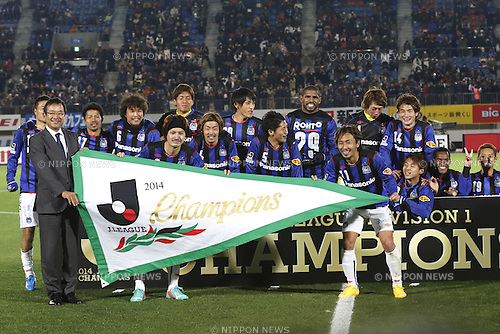 Gamba Osaka team group,<br /> DECEMBER 6, 2014 - Football / Soccer :<br /> Keisuke Iwashita and Shu Kurata of Gamba Osaka receive the championship pennant from J.League chairman Mitsuru Murai as they celebrate their league title after the 2014 J.League Division 1 match between Tokushima Vortis 0-0 Gamba Osaka at Naruto Otsuka Sports Park Pocarisweat Stadium in Tokushima, Japan. (Photo by Kenzaburo Matsuoka/AFLO)