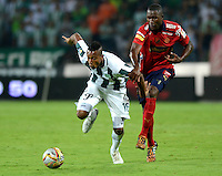 MEDELLIN - COLOMBIA -15 -03-2015: Jonathan Copete (Izq.) jugador de Atletico Nacional disputa el balón con Andres Mosquera (Der.) jugador de Deportivo Independiente Medellin, durante partido entre Atletico Nacional y Deportivo Independiente Medellin por la fecha 10 la Liga Aguila I 2015, jugado en el estadio Atanasio Girardot de la ciudad de Medellin.  / Jonathan Copete (L), player of Atletico Nacional fights for the ball with Andres Mosquera (R) player of Deportivo Independiente Medellin during a match for the date 10 between Atletico Nacional and Deportivo Independiente Medellin the Liga Aguila I 2015 at the Atanasio Girardot stadium in Medellin city. Photo: VizzorImage. / Leon Monsalve / Str.
