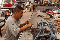 QUER&Eacute;TARO, QUER&Eacute;TARO, 27DICIEMBRE2011.- Cerca de 900 internos de un total de mil 527 reclusos procesados y sentenciados por los delitos de robo, homicidio, secuestro y delincuencia organizada que se encuentran en el Cereso de San Jos&eacute; El Alto de Quer&eacute;taro trabajan para la maquila de bolsas para dama fabricadas de peque&ntilde;as piezas de papel plastificado ensamblado a trav&eacute;s de la t&eacute;cnica de papiroflexia para la marca Nahui Ollin. Los internos, actualmente elaboran 130 modelos diferentes de bolsas para dama y trabajan con 150 combinaciones distintas de colores e im&aacute;genes que imprimen en una rotativa Hildenberg que les permite dise&ntilde;ar sus propias propuestas. Por este trabajo cada recluso tiene un salario semanal que va desde los 100 a 800 pesos. En este taller al interior del CERESO se manufacturan hasta 14 mil bolsas por temporada de moda que exportan a Estados Unidos y Europa en donde ese producto es comercializado entre 100 a 300 d&oacute;lares.<br />  <br /> FOTO: DEMIAN CH&Aacute;VEZ/