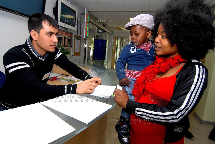 Parma/Italia - Un mediatore culturale dell'Onlus CIAC assiste una rifugiata con il suo bambino presso gli sportelli dell'ASL di Parma.<br /> Foto LIvio Senigalliesi