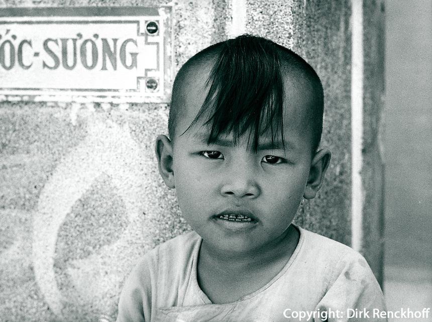 Junge auf Friedhof, Vietnam 1991