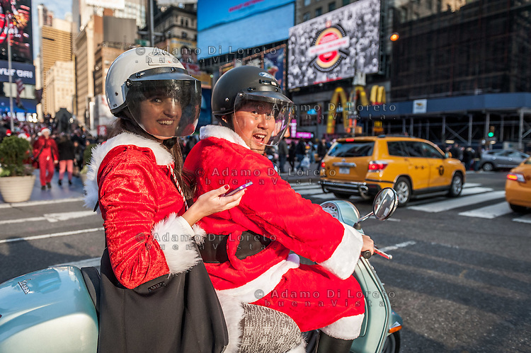 New York: due Babbi Natale transitano a Time Square con la Vespa. Un mito a due ruote che non ha confini. Photo: Adamo Di Loreto/BuenaVista*photo