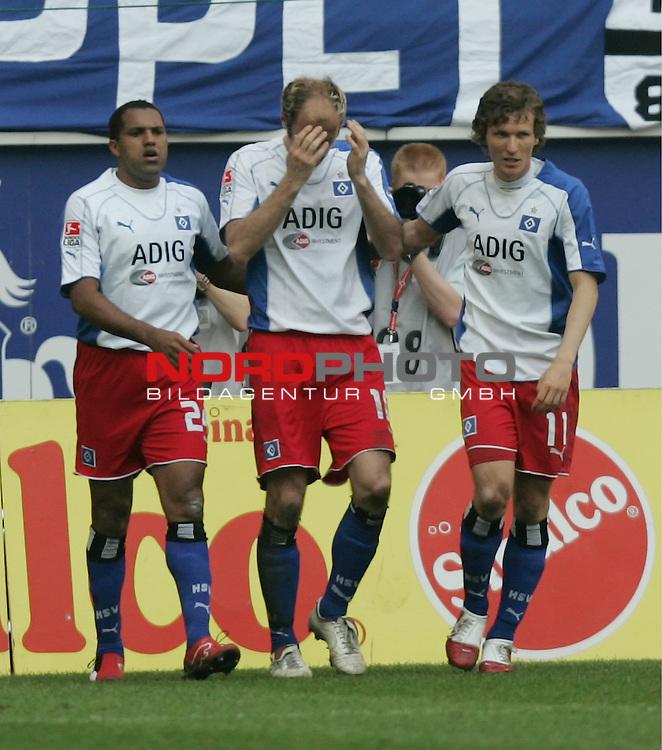 BL 05 / 06 - 34. Spieltag<br /> Hamburger SV vs. Werder Bremen 1:2<br /> <br /> Sergej Barbarez (Mitte) vom Hamburger SV h&auml;lt sich nach seinem Torjubel zum 1:1 die H&auml;nde vors Gesicht. Ailton (links) und Benjamin Lauth (rechts) mit im Foto.<br /> <br /> Foto &copy; nordphoto <br /> <br />  *** Local Caption *** Foto ist honorarpflichtig! zzgl. gesetzl. MwSt.<br /> Belegexemplar erforderlich