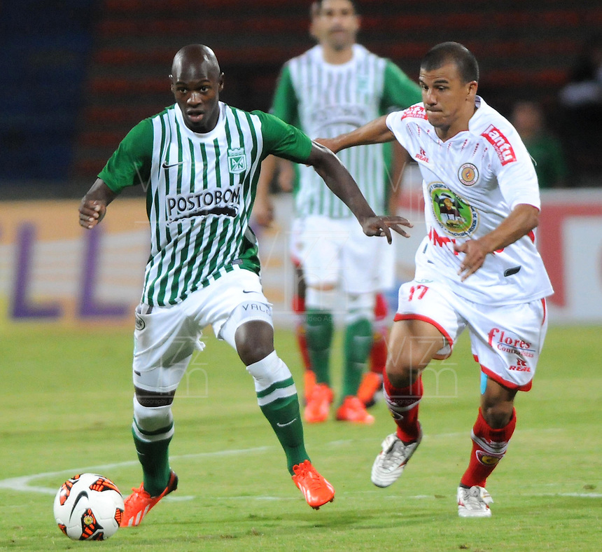 MEDELLIN -COLOMBIA- 06-08-2013. John Valoy de Atletico Nacional de Colombia   disputa el balon  contra Victoria del Inti Gas del Peru   ,  partido correspondiente a la Copa Total Sudamericana jugado en el estadio Atanasio Girardot de Medell'n   / John Valoy Atletico Nacional of Colombia fights for the ball against Victoria  Inti  Gas del Peru , game for the Copa Sudamericana Total played in the Atanasio Girardot stadium in Medellin<br />  . Photo: VizzorImage  / Luis Rios  / Stringer