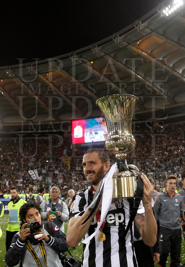 Calcio, finale Tim Cup: Juventus vs Lazio. Roma, stadio Olimpico, 20 maggio 2015.<br /> Juventus' Leonardo Bonucci holds the trophy at the end of the Italian Cup final football match between Juventus and Lazio at Rome's Olympic stadium, 20 May 2015. Juventus won 2-1 after extra time.<br /> UPDATE IMAGES PRESS/Isabella Bonotto