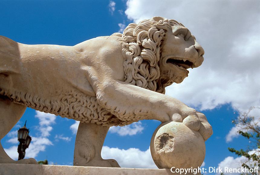 Cuba, Löwe am Parque Jose Marti in Cienfuegos, Unesco-Weltkulturerbe