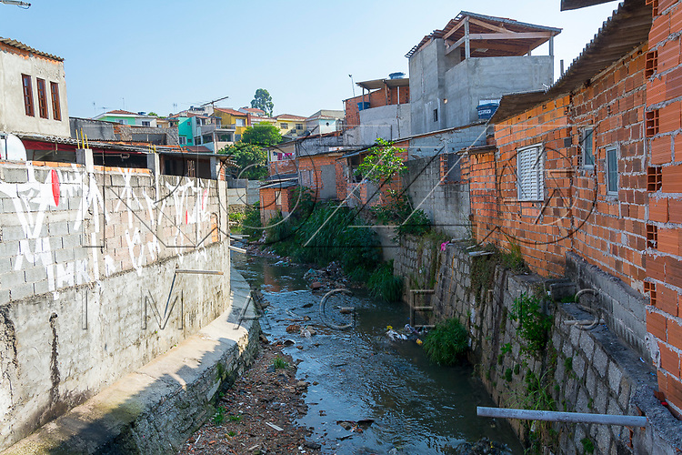 Favela na beira de córrego, Jardim Danfer zona leste de São Paulo - SP, 11/2016.