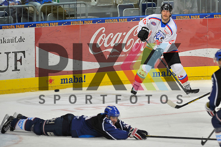 Nuernbergs Yan Stastny (Nr.22) spielt den Puck ueber Mannheims Janik Jr. Douglas (Nr.33)  beim Spiel in der DEL, Adler Mannheim - Nuernberg Ice Tigers.<br /> <br /> Foto &copy; Ice-Hockey-Picture-24 *** Foto ist honorarpflichtig! *** Auf Anfrage in hoeherer Qualitaet/Aufloesung. Belegexemplar erbeten. Veroeffentlichung ausschliesslich fuer journalistisch-publizistische Zwecke. For editorial use only.