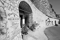 Castro Marina - Salento - Puglia - Sulla strada che conduce al porto, un'agenzia offre servizi turistici.
