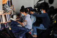 CHINA Guangzhou , textile sweat shop near Canaan Export Center  / CHINA , Provinz Guangdong , Metropole Guangzhou (Kanton) , kleine Textilproduktion nahe des Canaan Export Center
