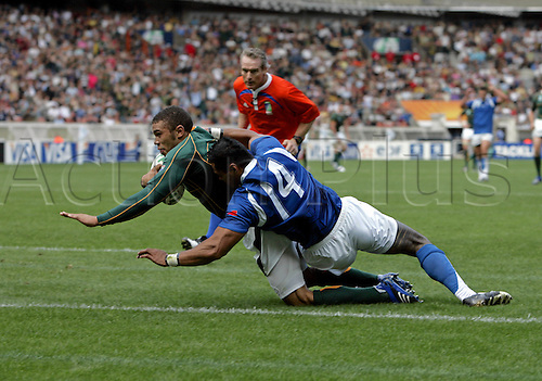 09.090.2007: South African wing Bryan Habana scores his second try during IRB Rugby World Cup pool game between South Africa and Samoa played at Parc des Princes, Paris. South Africa won the game 59-7.