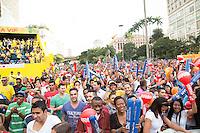SAO PAULO, 19 DE JUNHO DE 2013. CONCENTRA SP - VALE DO ANHANGABAU. Publico comemora o primeiro gol do Brasil no jogo do Brasil X Mexico durante o evento Concentra SP. Durante o evento,  são transmitidos os jogos da copa das confederações em telões no Vale do Anhangabau. FOTO ADRIANA SPACA/BRAZIL PHOTO PRESS.