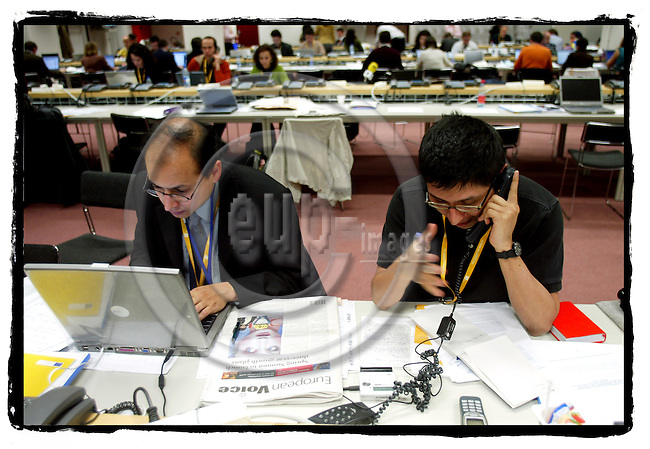 BRUSSELS - BELGIUM - 22 MARCH 2005 --Journalists writng their articles and stories to meet their deadlines during a EU Council Summit.--  PHOTO: ERIK LUNTANG / EUP-IMAGES