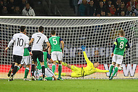 goal, Tor zum 1:0 für Julian Draxler (Deutschland, Germany) gegen Torwart Michael McGovern (Nordirland, Northern Ireland)- 11.10.2016: Deutschland vs. Nordirland, HDI Arena Hannover, WM-Qualifikation Spiel 3
