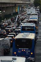 SAO PAULO, 20 DE JULHO DE 2012 - TRANSITO SP - Transito pesado na Avenida Cruzeiro do sul, sentido bairro, regiao norte da capital, no fim da tarde desta sexta feira. FOTO: ALEXANDRE MOREIRA - BRAZIL PHOTO PRESS