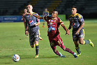IBAGUE -COLOMBIA, 7-10-2017.Sebastián Villa  (Centro) jugador del Deportes Tolima disputa el balón con el Independiente Medellín   durante encuentro  por la fecha 14 de la Aguila II 2017 disputado en el estadio Manuel  Murillo Toro./ Sebastian Villa (C) player of Deportes Tolima   fights for the ball with  Independiente Medellin   during match for the dat 14 of the Aguila League II 2017 played at Manuel Murillo Toro stadium. Photo:VizzorImage / Juan Carlos Escobar  / Contribuidor