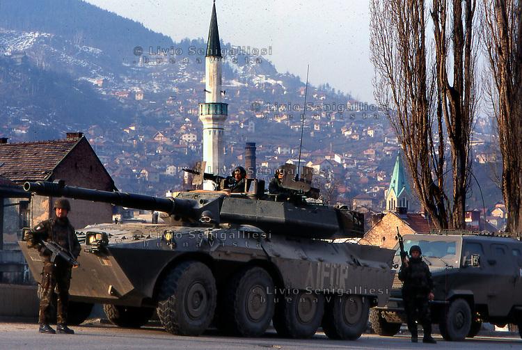Sarajevo / Bosnia 1996.SOLDATI DEL CONTINGENTE DI PACE ITALIANO INQUADRATI NELLA MISSIONE IFOR. NELLA FOTO UN BLINDATO CENTAURO..Foto Livio Senigalliesi..Sarajevo / BIH 1996.ITALIAN PEACE FORCES (IFOR MISSION). IN THE PICTURE ARMOURED VEHICLE CENTAURO..Photo Livio Senigalliesi