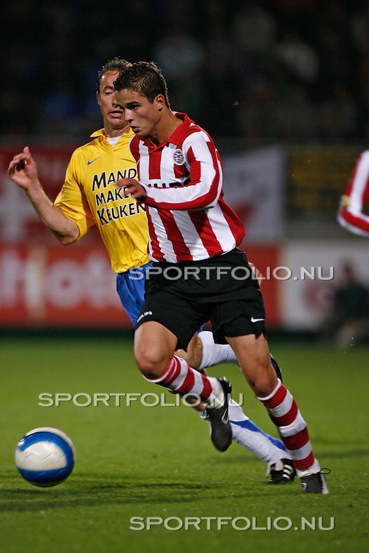 Nederland, Waalwijk, 28 oktober 2006 .Eredivisie .Seizoen 2006-2007 .RKC Waalwijk-PSV (0-3).Ibrahim Afellay (r) van PSV ontdoet zich van Patrick van Diemen van RKC Waalwijk.