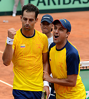 MEDELLIN - COLOMBIA - 07 - 04 - 2017: Santiago Giraldo (izq.) de Colombia celebra la victoria sobre Nicolas Jarry, de Chile, durante partido de la serie final de partidos en el Grupo I de la Zona Americana de la Copa Davis, partidos entre Colombia y Chile, en Country Club Ejecutivos de la ciudad de Medellin. / Santiago Giraldo Cabal (L) of Colombia celebrates the victory against Nicolas Jarry, of Chile, during a match to the final series of matches in Group I of the American Zone Davis Cup, match between Colombia and Chile, at the Country Club Executives in Medellin city. Photo: VizzorImage / Leon Monsalve / Cont.
