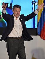 BOGOTÁ -COLOMBIA. 15-06-2014. Juan Manuel Santos candidato por el partido de La Unidad Nacional, levanta sus manos en señal de victoria previo al discurso tras ganar las eleccciones presidenciales para el período constitucional 2014-18 en Colombia a Oscar Ivan Zuluaga del partido Centro Democratico. La segunda vuelta de la elección de Presidente y vicepresidente de Colombia se cumplió hoy 15 de junio de 2014 en todo el país./ Juan Manuel Santos candidate by National Unity party raises his hands in victory sign prior his speech after wininning the Presidential elections for the constitutional period 2014-15 in Colombia to Oscar Ivan Zuluaga by Democratic Center party. The second round of the election of President and vice President of Colombia that took place today June 15, 2014 across the country. Photo: VizzorImage/ Gabriel Aponte / Staff