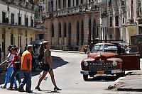 HAB06. LA HABANA (CUBA), 20/04/2011.- Varias personas caminan por una calle hoy, miércoles 20 de abril de 2011, en La Habana (Cuba), un día después de la clausura del VI Congreso del Partido Comunista de Cuba (PCC). EFE/Alejandro Ernesto.