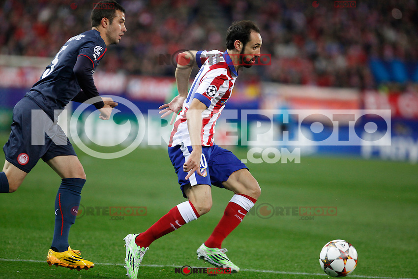 Atletico de Madrid´s Juanfran (R) and Olympiacos´s Milivojevic during Champions League soccer match between Atletico de Madrid and Olympiacos at Vicente Calderon stadium in Madrid, Spain. November 26, 2014. (ALTERPHOTOS/Victor Blanco) /NortePhoto