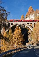 CHE, Schweiz, Graubuenden, Unterengadin, Engadinlinie der Rhaetischen Bahn von Pontresina im Oberengadin bis Scuol im Unterengadin, auf einem der zahlreichen Viadukte | CHE, Switzerland, Graubuenden, Lower Engadin, Rhaetian Train, Engadin Line, crossing one of many viaducts