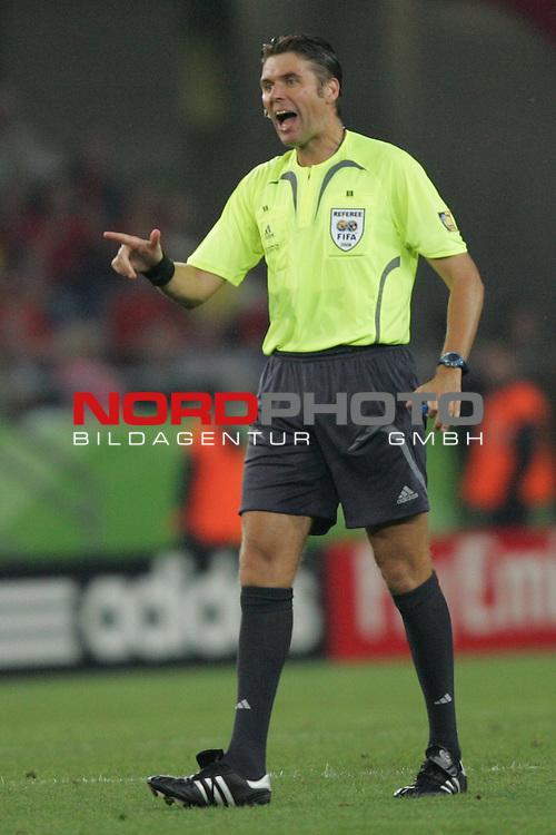 FIFA WM 2006 -  Round of Sixteen - / Achtelfinale<br /> Play    #56  (27-Jun) - Spanien - Frankreich 1:3<br /> <br /> Schiedsrichter Roberto Rosetti (ITA) in Aktion.<br /> Roberto Rosetti zeigt lachend mit dem Finger.<br /> <br /> Foto &copy; nordphoto