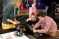 Skills Masters beurs in Rotterdam Ahoy. Banenbeurs/ Beroepskeuze beurs voor VMBO , MBO en lagere school  leerlingen. Leerlingen kunnen kennismaken met diverse beroepen. Meisje legt jongens uit hoe de robots kunnen bewegen mbv een computer