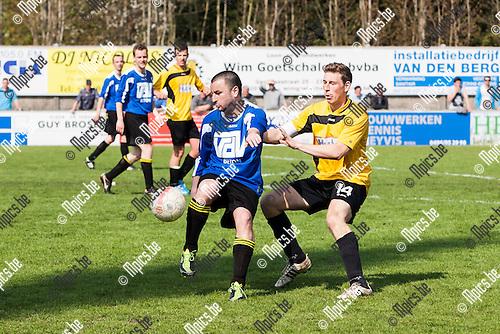 2013-05-01 / Voetbal / Seizoen 2012-2013 / KFC Meer-KSK Schilde/ Danny Pas (l. Meer) draait weg van Dimitir Dielman (r. Schilde)..Foto: Mpics.be